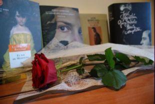 Libros y rosa.